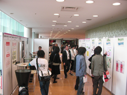 東京国際交流館(3F メインホワイエ)ポスター展示コーナーの様子